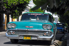 HAWAŃSKI, KUBA, STYCZEŃ - 30, 2013 Klasyczny Amerykański parking samochodowy na str Zdjęcia Stock
