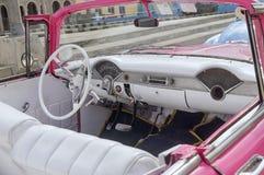 HAWAŃSKI, KUBA, STYCZEŃ - 04, 2018: Retro klasyczny Amerykański samochód wewnątrz Fotografia Stock