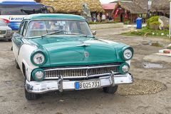 HAWAŃSKI, KUBA, STYCZEŃ - 04, 2018: Retro klasyczny Amerykański samochodu pa Zdjęcia Stock