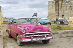HAWAŃSKI, KUBA, STYCZEŃ - 04, 2018: Retro klasyczny Amerykański samochodu pa Fotografia Royalty Free