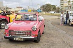 HAWAŃSKI, KUBA, STYCZEŃ - 04, 2018: Retro klasyczny Amerykański samochodu pa Obraz Stock