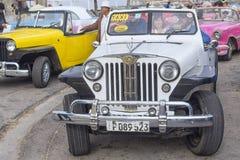 HAWAŃSKI, KUBA, STYCZEŃ - 04, 2018: Retro klasyczny Amerykański samochodu pa Fotografia Stock