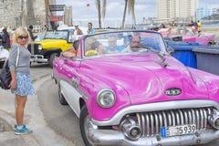 HAWAŃSKI, KUBA, STYCZEŃ - 04, 2018: Retro klasyczny Amerykański samochodu pa Zdjęcie Royalty Free