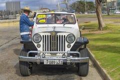 HAWAŃSKI, KUBA, STYCZEŃ - 04, 2018: Retro klasyczny Amerykański samochodu pa Zdjęcia Royalty Free