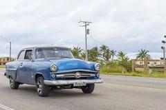 HAWAŃSKI, KUBA, STYCZEŃ - 04, 2018: Rocznika klasyczny Amerykański samochód iść Zdjęcie Royalty Free