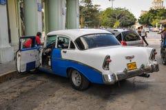 Hawański, KUBA, STYCZEŃ - 20, 2013: Stara klasyczna Amerykańska samochód przejażdżka Zdjęcie Stock