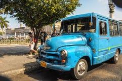 Hawański, KUBA, STYCZEŃ - 20, 2013: Stara klasyczna Amerykańska samochód przejażdżka Obraz Stock