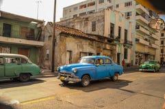 Hawański, KUBA, STYCZEŃ - 20, 2013: Stara klasyczna Amerykańska samochód przejażdżka Fotografia Royalty Free