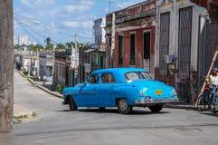 HAWAŃSKI, KUBA, STYCZEŃ - 30, 2013: Stara klasyczna Amerykańska samochód przejażdżka Zdjęcia Stock