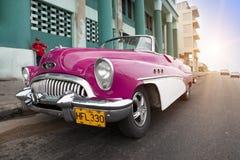 HAWAŃSKI, KUBA STYCZEŃ 27, 2013: Stary retro samochód na ulicie w Stary Hawańskim, Kuba Zdjęcie Stock