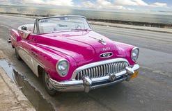 HAWAŃSKI, KUBA STYCZEŃ 27, 2013: Stary retro samochód na ulicie w Stary Hawańskim, Kuba Fotografia Stock