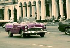 HAWAŃSKI, KUBA STYCZEŃ 27, 2013: Stary retro samochód na ulicie w Stary Hawańskim, Kuba Retro skutek Obraz Royalty Free
