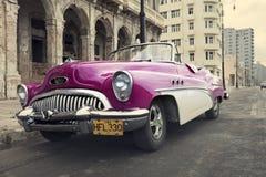 HAWAŃSKI, KUBA STYCZEŃ 27, 2013: Stary retro samochód na ulicie w Stary Hawańskim, Kuba Retro skutek Obrazy Royalty Free