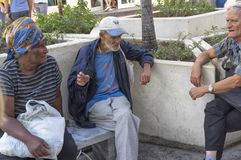 HAWAŃSKI, KUBA, Styczeń - 03, 2018: starzy ludzie gawędzi siedzieć dalej Zdjęcie Royalty Free