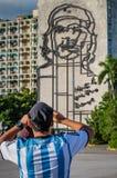 HAWAŃSKI - PAŹDZIERNIK 26 - turysta bierze obrazek rzeźba Che Guevara na fasadzie ministerstow spraw wewnętrznych, Plac De Los an fotografia royalty free