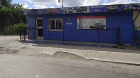Hawańskie ulicy z jaskrawymi colours i kubańskim styl życia w słonecznym dniu - Kuba zbiory wideo