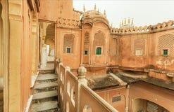 Hawa玛哈尔-风宫殿被雕刻的阳台和台阶在1799年修造的在斋浦尔,印度的拉贾斯坦的首都 库存图片