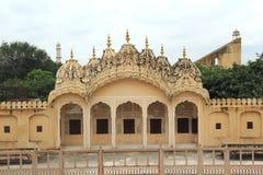 Hawa Mahal (i sida). Royaltyfri Fotografi