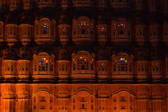 Hawa Mahal il simbolo più iconico a Jaipur, capitale del Ragiastan, India Tempo di crepuscolo con la facciata scenica illuminata Immagine Stock