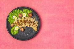 Hawaiano delizioso, pollo asiatico dell'insalata sulla superficie di corallo vivente della tavola fotografie stock