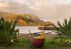 Hawaiansk kanot vid den Hanalei pir Arkivbild