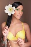 Hawaiansk kvinna med blomman Sexig flicka i bikini Arkivfoto