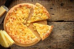 Hawaiansk pizza med ananas Royaltyfria Foton