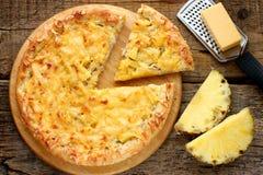 Hawaiansk pizza med ananas Royaltyfri Foto