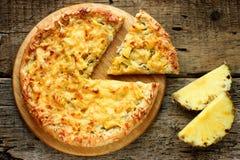 Hawaiansk pizza med ananas på den gamla trätabellen Arkivbilder