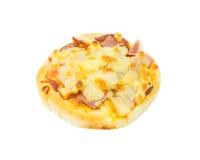 Hawaiansk pizza på vit bakgrund Arkivfoton