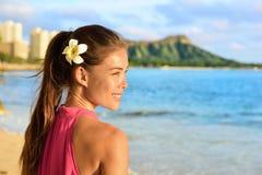 Hawaiansk strandkvinna på Waikiki - härlig flicka Arkivbilder