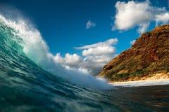 Hawaiansk våg för Barreling royaltyfria bilder