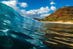Hawaiansk våg för Barreling royaltyfri foto