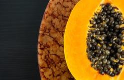 Hawaianskt papayafruktsnitt i halvan med frö, slut upp Royaltyfri Foto