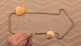 Hawaii-Aufschrift eigenhändig geschrieben auf den Sand, in den Zeiger gemacht vom Seil stock footage