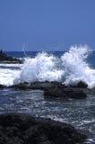 Hawaii-Brandung, die auf Lavafelsen bricht Stockfoto