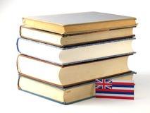 Hawaii flagga med högen av böcker på vit bakgrund Arkivbild