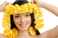 Hawaii-Frau, die eine Gelbblumen-Leugirlande zeigt. Stockbild