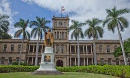 Hawaii högsta domstolenbyggnad med statyn av konungen Kamehameha det stort Arkivbilder
