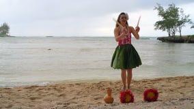Hawaii huladansare i dräkt som dansar 4k stock video