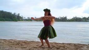 Hawaii huladansare i dräkt som dansar 4k arkivfilmer