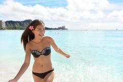 Hawaii kvinna i bikinisimning på den hawaianska stranden Arkivbild