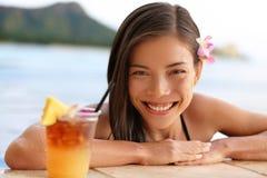 Hawaii kvinna med den hawaiiboMai Tai drinken på stranden Royaltyfri Fotografi