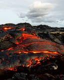 Hawaii - Lava taucht von einer Spalte der Erde auf lizenzfreie stockfotos