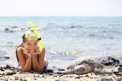 Hawaii-Mädchenschwimmen, die mit Meeresschildkröten schnorchelt Lizenzfreies Stockfoto