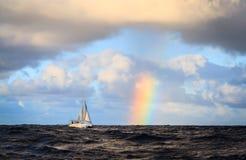 Hawaii-Regenbogen- und -Segelbootansicht vom Ozean lizenzfreie stockfotos