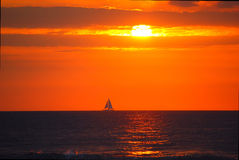 Hawaii-Sonnenuntergang mit Segelboot Lizenzfreies Stockbild