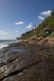 Hawaii stenig shoreline med fyren Arkivbild