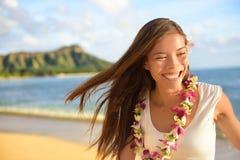 Hawaii strandkvinna som är lycklig på hawaianska ferier Royaltyfri Foto