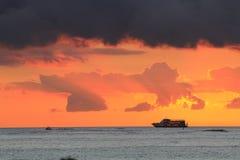 Hawaiiaans gezicht van oceaan met cruiseboot op de horizon royalty-vrije stock foto
